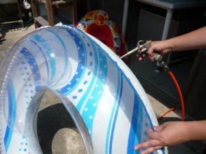 浮き輪やゴムボートなどレバーを押せば簡単に空気が入れられます。